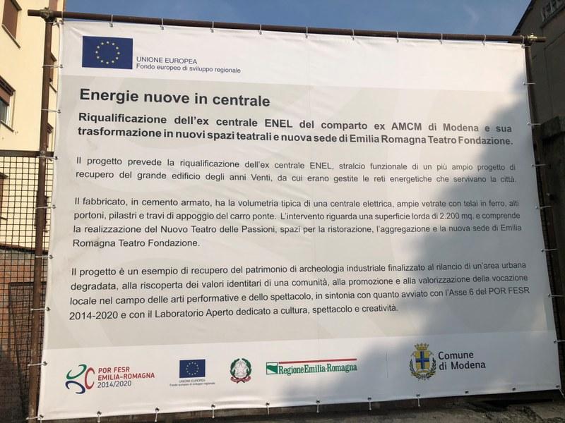 Il cartellone in cantiere che illustra il progetto
