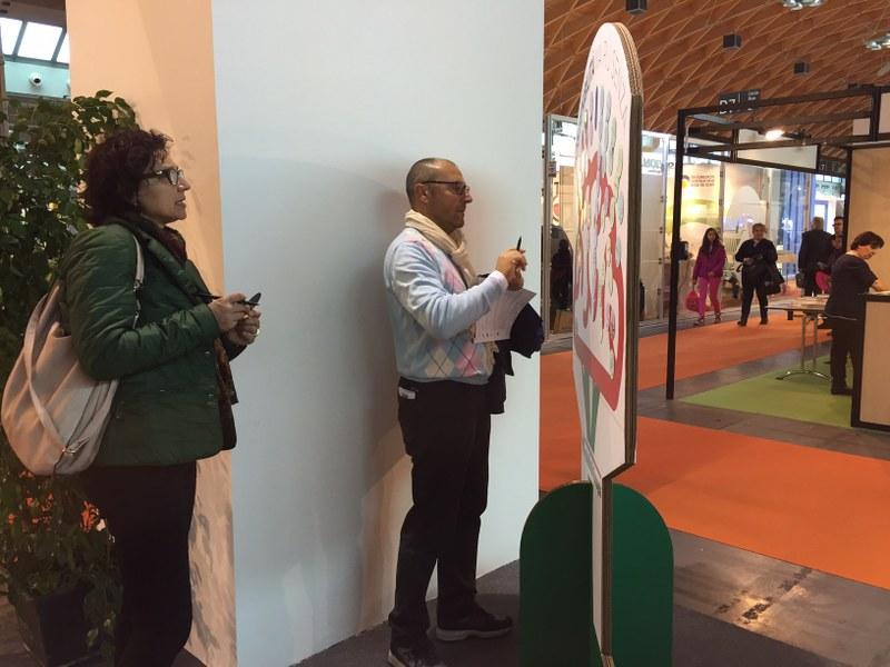 Visitatori all'albero della sostenibilità