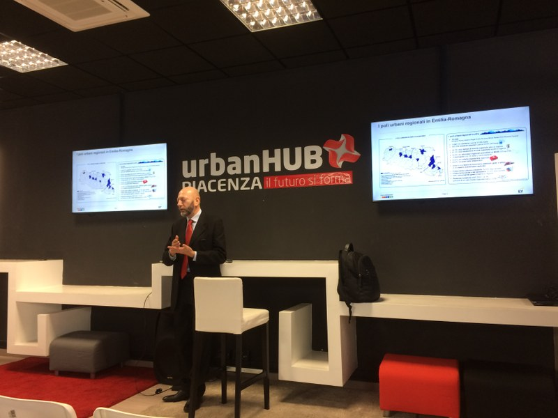 Marco Mena, di EY, illustra i risultati dello Smart City Index a Piacenza